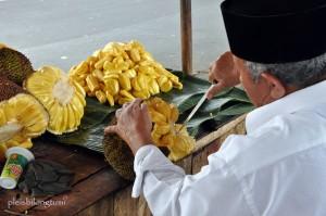 peeling nangka fruit (2)