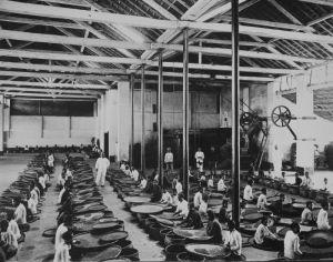 COLLECTIE_TROPENMUSEUM_Het_sorteren_van_koffie_door_Javaanse_vrouwen_in_een_fabriekshal_van_een_koffieonderneming_te_Soebang_TMnr_60043290